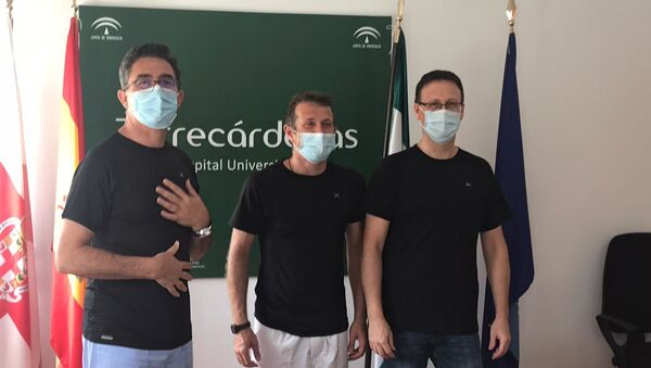 Investigadores del Hospital Universitario de Torrecárdenas con la camiseta que puede reducir los efectos de COVID-19 - Sputnik Mundo