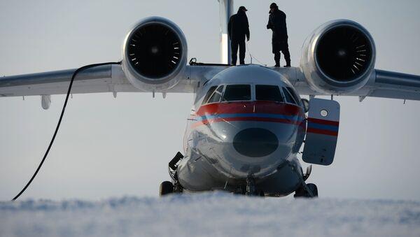 Dos técnicos reponen combustible en el avión An-74 en una isla que forma parte de la Tierra del Norte - Sputnik Mundo