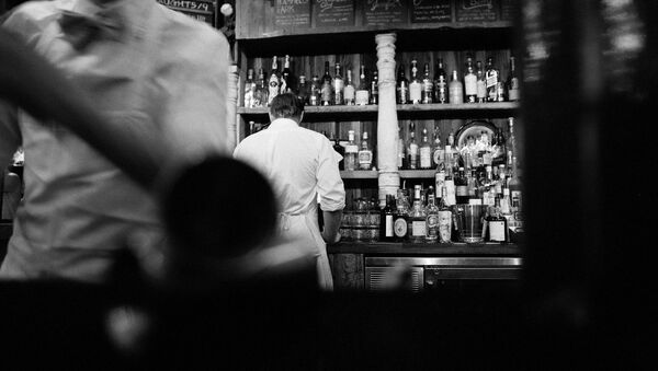 Camarero de espaldas en la barra de un bar - Sputnik Mundo