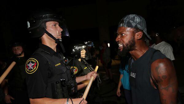 Un afroamericano confronta a un policía durante los disturbios en Kenosha, Wisconsin - Sputnik Mundo