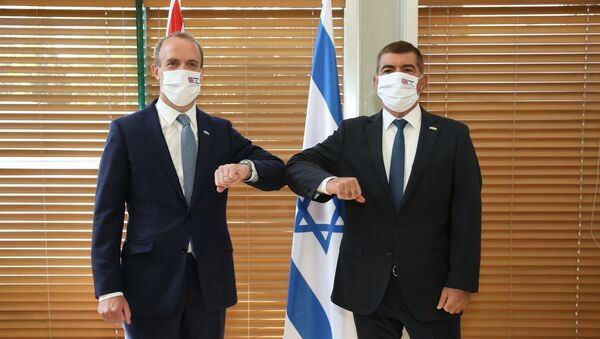 El ministro israelí de Exteriores, Gabi Ashkenazi, y su homólogo británico, Dominic Raab - Sputnik Mundo