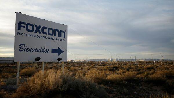 Un cartel en Ciudad Juarez anuncia el complejo de manufacturación de Foxconn - Sputnik Mundo