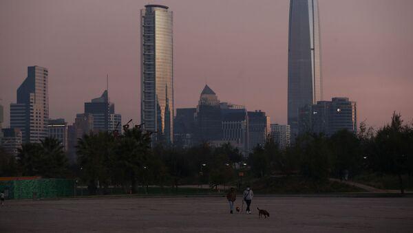 Un atardecer en Santiago de Chile (referencial) - Sputnik Mundo