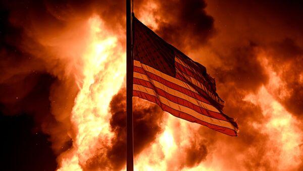 La bandera de EEUU ondea durante las violentas protestas en Kenosha (estado de Wisconsin), el 24 de agosto del 2020 - Sputnik Mundo