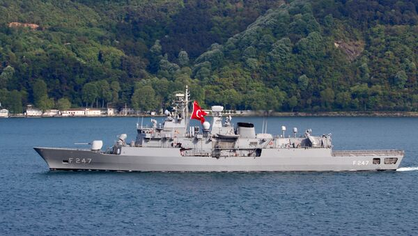 La fragata turca TCG Kemal Reis en el estrecho de Estambul  - Sputnik Mundo