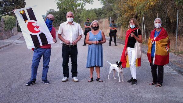 Asistentes a la manifestación frente a la casa de Pablo Iglesias e Irene Montero - Sputnik Mundo