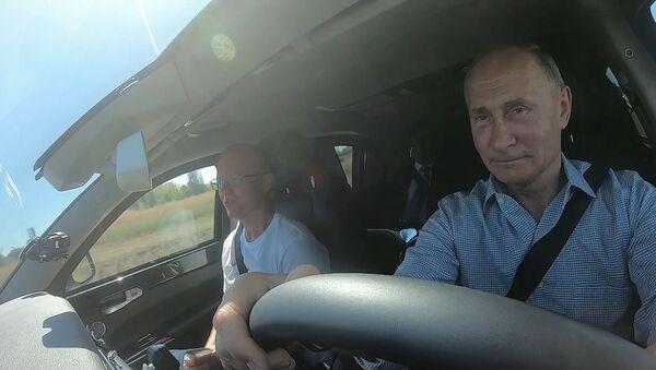 El presidente ruso Vladímir Putin en la carretera Tavrida, al volante de un Aurus - Sputnik Mundo