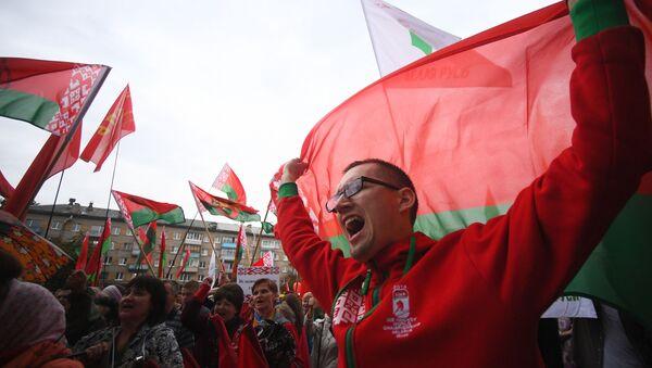 Partidarios de Lukashenko durante las protestas en Minsk - Sputnik Mundo