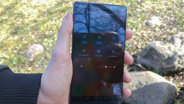 Un Huawei modelo Mate 8 - Sputnik Mundo