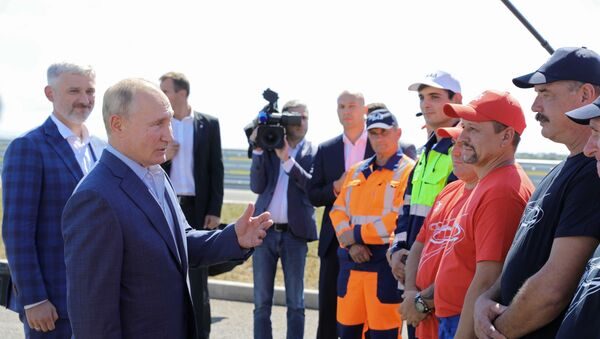 Vladímir Putin, presidente de Rusia, con los contructores de la autopista Tavrida - Sputnik Mundo