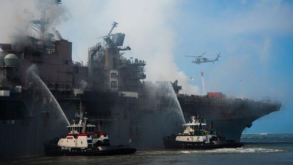 Un incendio a bordo del buque USS Bonhomme Richard de la Armada de EEUU (archivo) - Sputnik Mundo