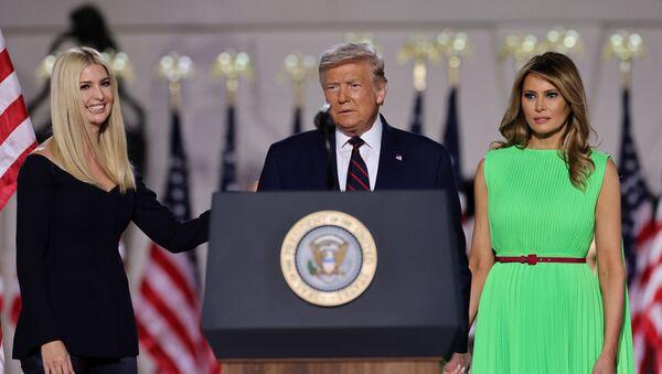 El presidente de EEUU, Donald Trump, junto a la primera dama, Melania, y su hija, Ivanka Trump - Sputnik Mundo