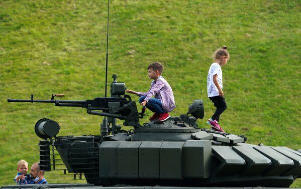 Una nueva Kalashnikov y un auto anfibio: estrenos mundiales del foro militar Army 2020 - Sputnik Mundo