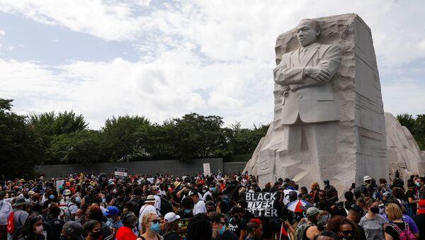 Los manifestantes se reúnen junto al monumento a Martin Luther King en Washington - Sputnik Mundo