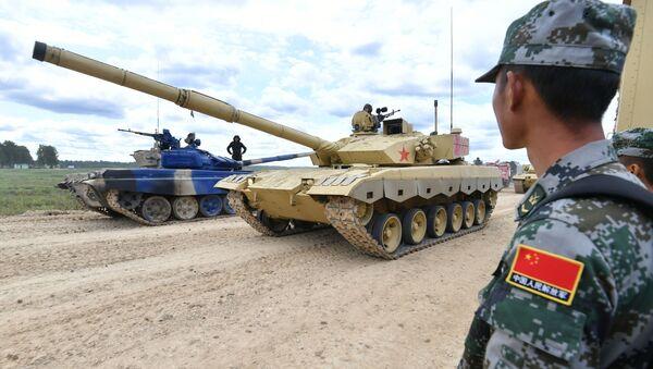 Un tanque chino durante una competición del Biatlón de Tanques - Sputnik Mundo