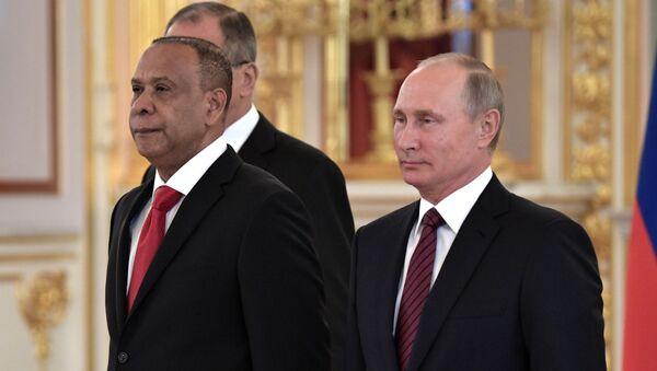 Embajador de la República Dominicana en Rusia, José Manuel Castillo Betances, con el presidente de Rusia, Vladímir Putin - Sputnik Mundo