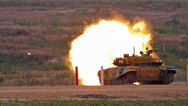 Un tanque de Tayikistán en el Biatlón de Tanques - Sputnik Mundo