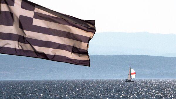 Bandera de Grecia en la costa del mar Egeo - Sputnik Mundo