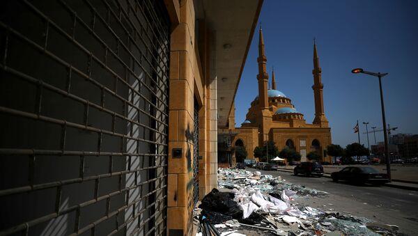 Una mezquita tras la explosión en el puerto de Beirut - Sputnik Mundo