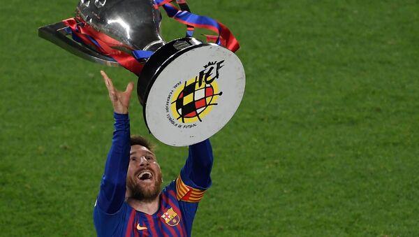 Игрок ФК Барселона Лионель Месси с трофеем Ла Лига  - Sputnik Mundo