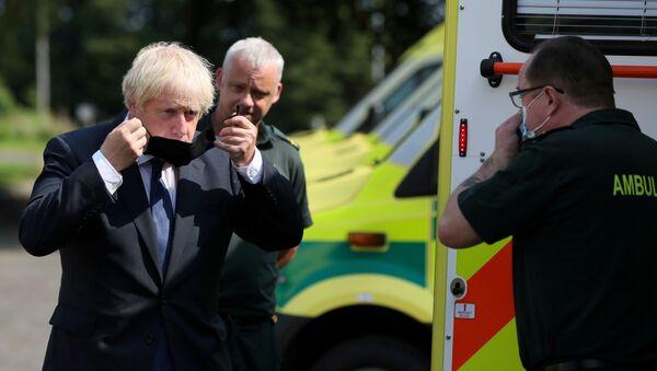 Boris Johnson, primer ministro británico, pone una mascarilla - Sputnik Mundo