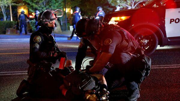 La Policía durante las protestas en Portland, EEUU - Sputnik Mundo