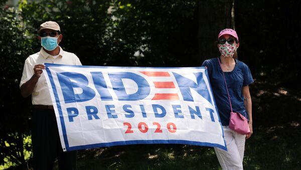 Unos protestantes en apoyo al candidto Joe Biden en las elecciones en EEUU - Sputnik Mundo