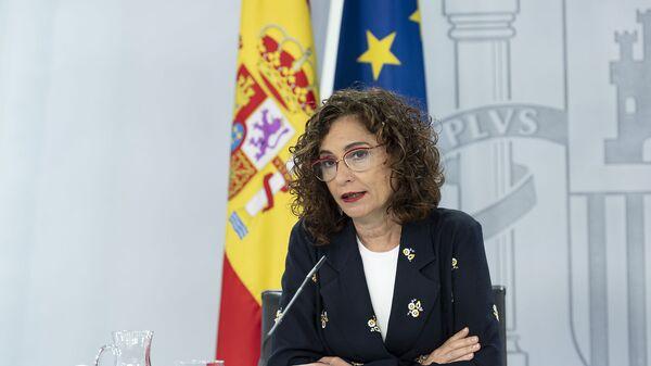 La ministra portavoz María Jesús Montero en una rueda de prensa - Sputnik Mundo