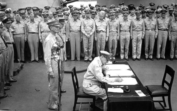 El general estadounidense Douglas MacArthur firma el acta de rendición de Japón en la cubierta de la fragata USS Missouri - Sputnik Mundo