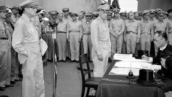 El general estadounidense Douglas MacArthur (izquierda) observa cómo el canciller japonés, Manoru Shigemitsu, firma el acta de rendición - Sputnik Mundo