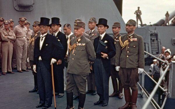 La delegación japonesa llega a bordo de la fragata USS Missouri para firmar el acta de rendición - Sputnik Mundo
