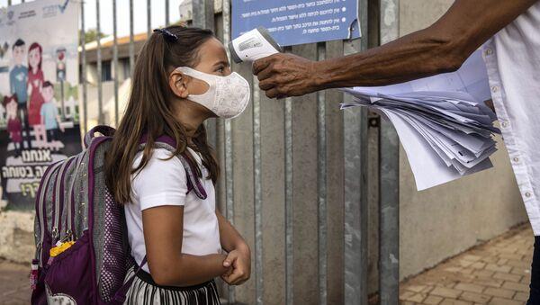 Con mascarilla y desinfectante: así empiezan los alumnos el nuevo año académico  - Sputnik Mundo