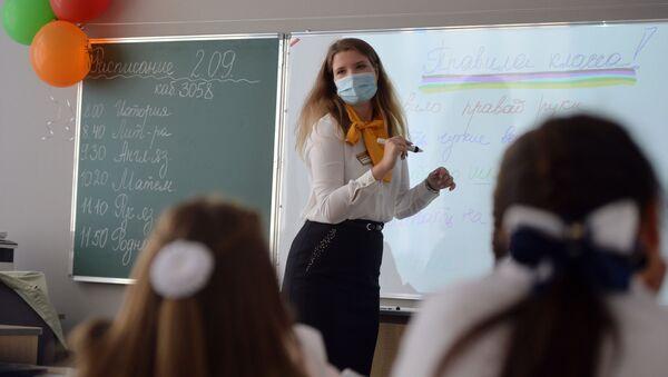 Учитель проводит классный час в школе №215 «Созвездие» в микрорайоне Солнечный в Екатеринбурге в День знаний - Sputnik Mundo