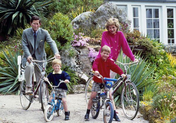 Diana y Carlos de Gales y sus hijos, los príncipes William, derecha, y Harry. - Sputnik Mundo