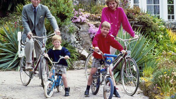 El príncipe Carlos y la princesa Diana y sus hijos, los príncipes William, derecha, y Harry - Sputnik Mundo