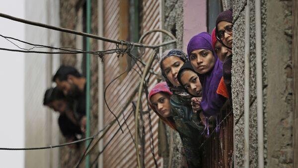 Индийские мусульманские женщины смотрят в окно в Нью-Дели, Индия - Sputnik Mundo