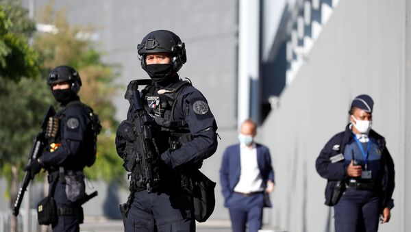 Escuadrones de policía reforzados desplegados frente a la corte de París - Sputnik Mundo
