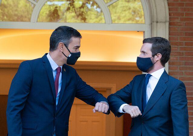 El  presidente del Gobierno español, Pedro Sánchez, y el jefe de la oposición, Pablo Casado