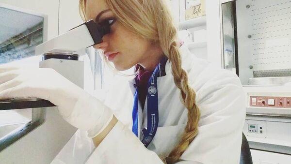 Sabela Álvarez en el laboratorio - Sputnik Mundo