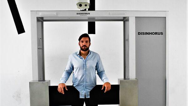 Rafa Mas, emprendedor español,  con una máquina desinfectante de su compañía - Sputnik Mundo