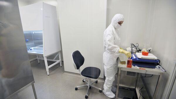 Un médico en laboratorio - Sputnik Mundo
