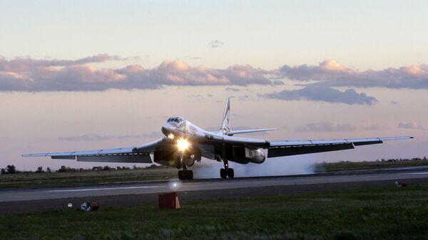 Стратегический бомбардировщик-ракетоносец Ту-160 на авиабазе ВВС России в городе Энгельсе - Sputnik Mundo