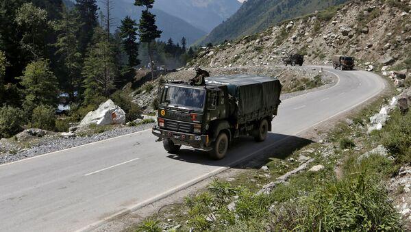 Un vehículo militar indio en Ladakh - Sputnik Mundo
