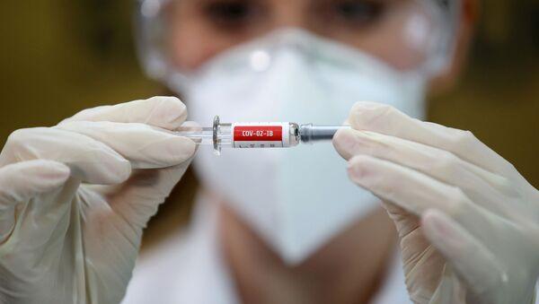 Una enfermera sostiene una vacuna de Sinovac en un hospital en Porto Alegre, Brasil (archivo) - Sputnik Mundo