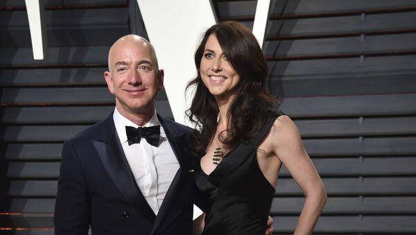 Jeff Bezos y su entonces esposa, MacKenzie, en la alfombra roja de un evento en California el febrero de 2017 - Sputnik Mundo