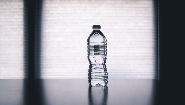 Botella de agua (imagen referencial) - Sputnik Mundo