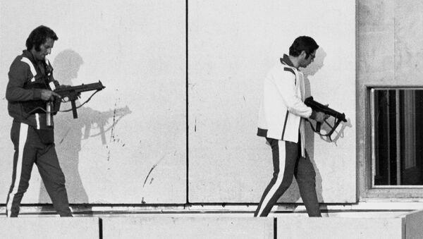 Policías alemanos toman posiciones en el techo de un edificio de la Villa Olímpica, el 5 de septiembre de 1972 - Sputnik Mundo