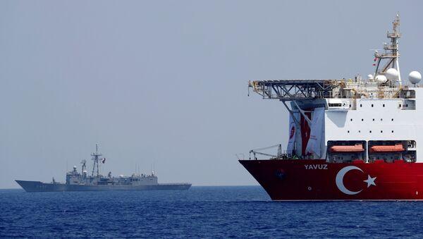 El buque de perforación turco Yavuz escoltado por una fragata de la Marina turca en el Mediterráneo oriental frente a Chipre (archivo) - Sputnik Mundo