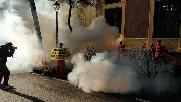 Simulación de un incendio forestal por Greenpeace ante la Embajada de Brasil en Madrid - Sputnik Mundo