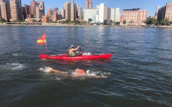 Diego López nadando alrededor de Manhattan - Sputnik Mundo